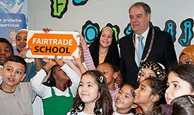 Burgemeester Verkerk en leerlingen van Fairtrade school de Omnibus