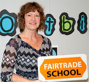 Iris Heijdelberg met Fairtrade school bord